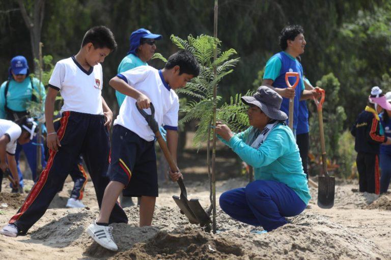 Día de la Tierra: Escolares plantan más de trescientos árboles en Bosque Ecológico del Sur