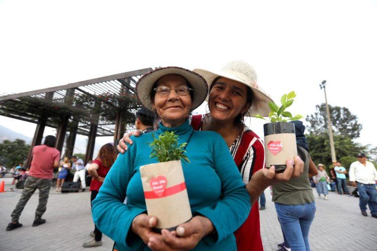 Madres celebraron su día en clubes zonales y parques metropolitanos